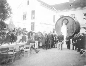 Vor dem Fass stand die im Rahmen der Handwerkerausstellung 1912 im Schulhof aufgestellte Kaiserbüste