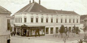 """Das Warenhaus Freund (heute: Möbel Rieder) an der """"Frohner""""-Kreuzung"""