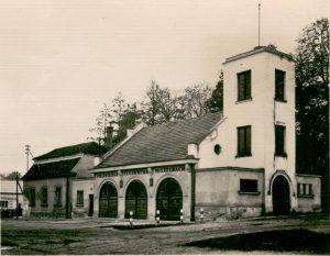 Ende der 1950er Jahre: Der damals noch namenlose Platz mit dem ehemaligen Schießstattgebäude (links) und dem alten, etwa 1930 erbauten Zeughaus