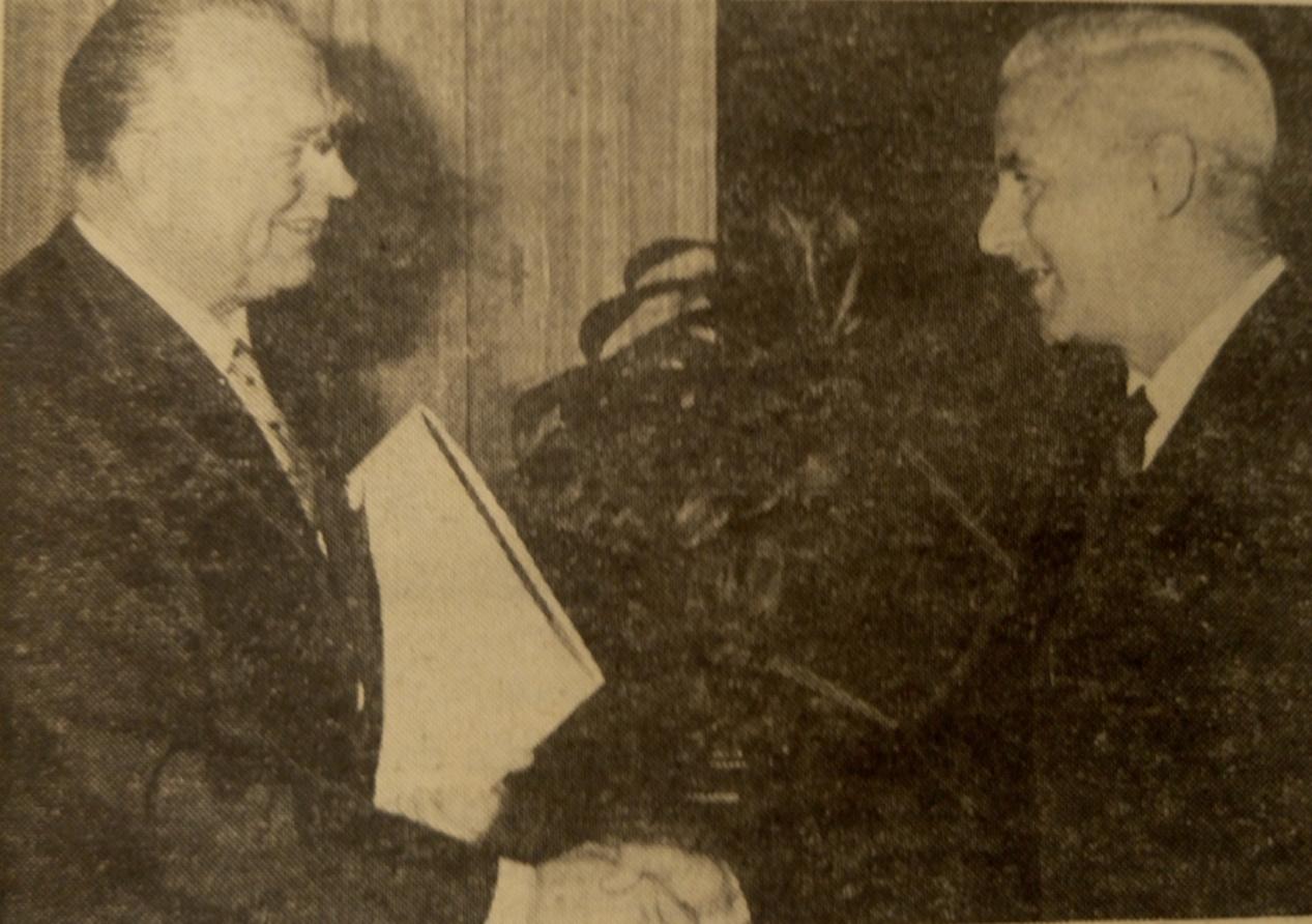 1967: Landesrat Kuntner (l.) bei der Verleihung der Ehrenbürgerurkunde durch den Mistelbacher Vizebürgermeister Leithner (r.)