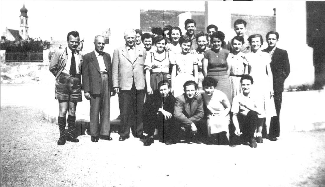 1950er Jahre: v.l.n.r. Lehrer Emil Bruckner, Direktor d. Knabenschule Franz Pazdera, Direktor der Mädchenschule Fritz Bollhammer mit Schülern
