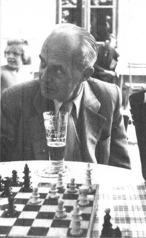 OSR Pazdera 1954 als Kiebitz bei einer Schachpartie