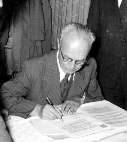 1957 - Vizebürgermeister Pazdera bei der Vertragsunterzeichnung des Gasliefervertrags und Verkaufs des städtischen Gaswerks an die NIOGAS (heute: EVN), Foto: © EVN-Archiv, Maria Enzersdorf