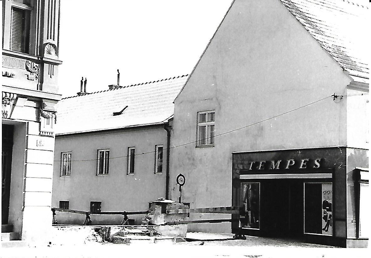 1963: links Oberhoferstraße Nr. 6; das abgebrochene Haus Oberhoferstraße Nr. 4, ist nur mehr durch den Rest der Gebäudecke in der Bildmitte erkennbar und diese lässt den ursprüngliche Verlauf des Rollerwegs entlang des Hauses Nr. 2 (rechts) erkennen