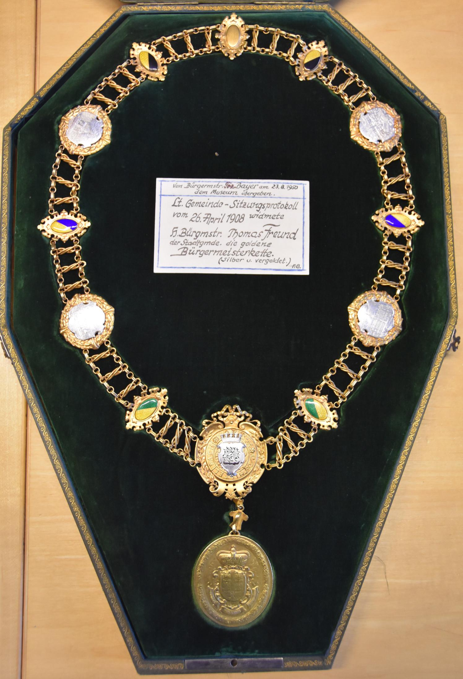 Die Bürgermeisterkette im Jahr 2019, nach der Überarbeitung Anfang der 2000er Jahre und die Rückseite der Bürgermeister-Medaille zeigend