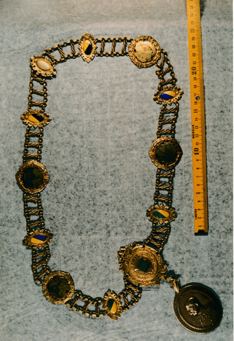 Die Bürgermeisterkette im Originalzustand auf einer Aufnahme aus dem Jahr 1991